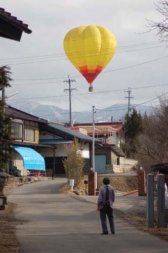 村の上空を通過する気球